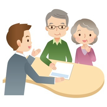 書類の説明を受ける老夫婦