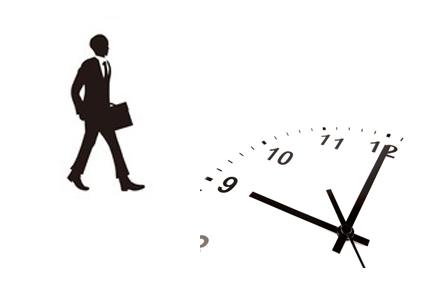 歩く男性と時計の影
